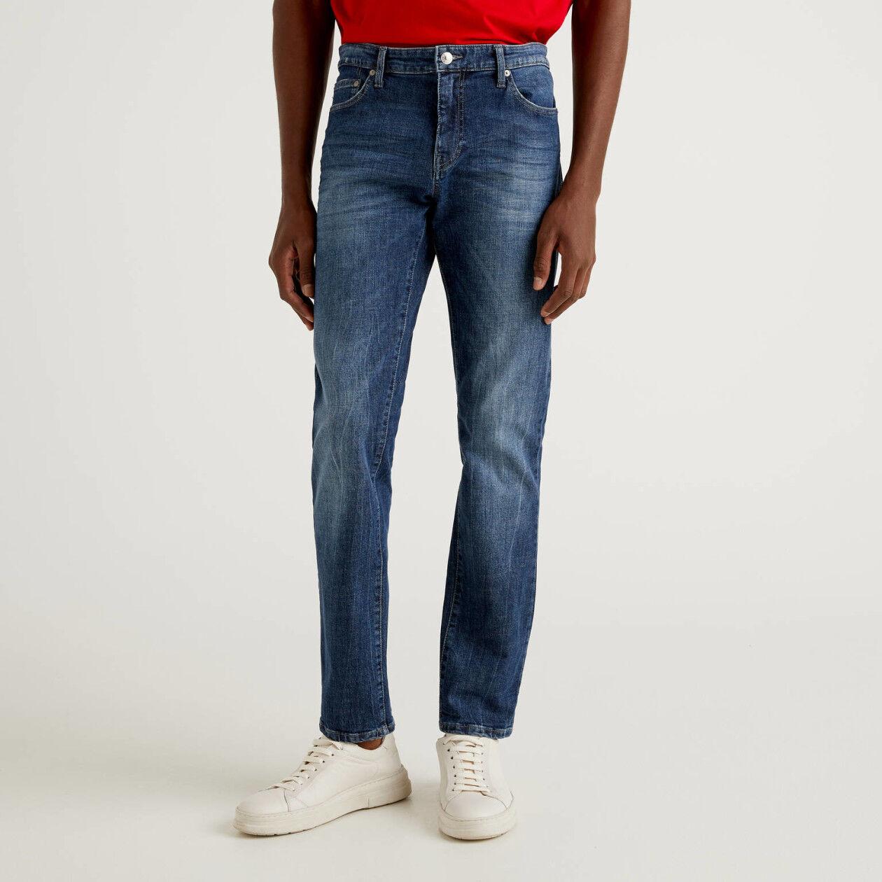 Jeans straight leg em algodão stretch