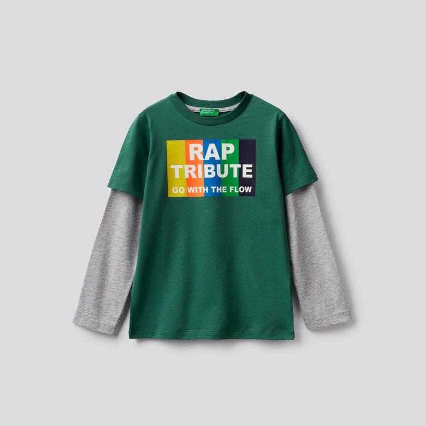 T-shirt verde-escuro com manga bicolor