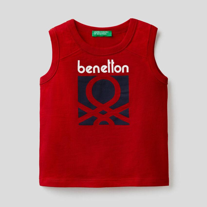T-shirt sem mangas vermelha com estampa logótipo