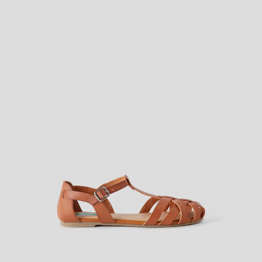 Sandálias rasas entrelaçadas