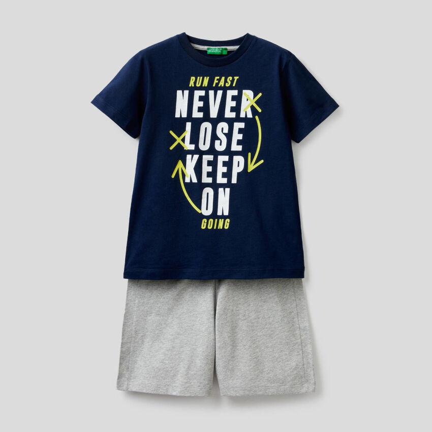 Conjunto t-shirt e bermudas