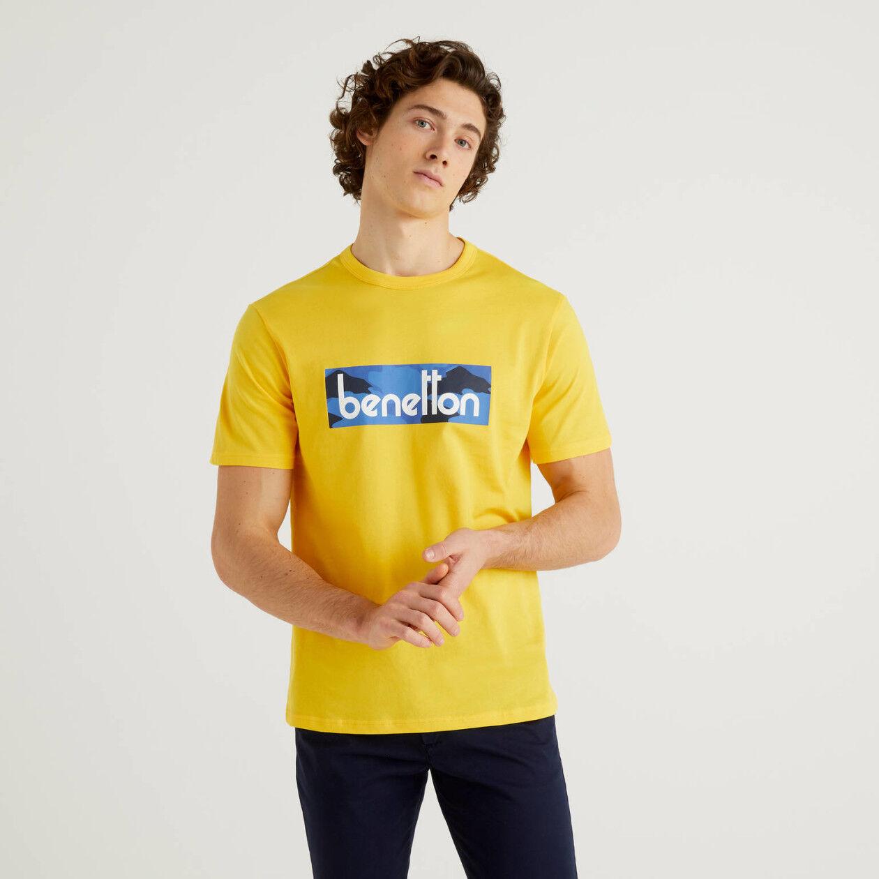 T-shirt amarela com estampa logo