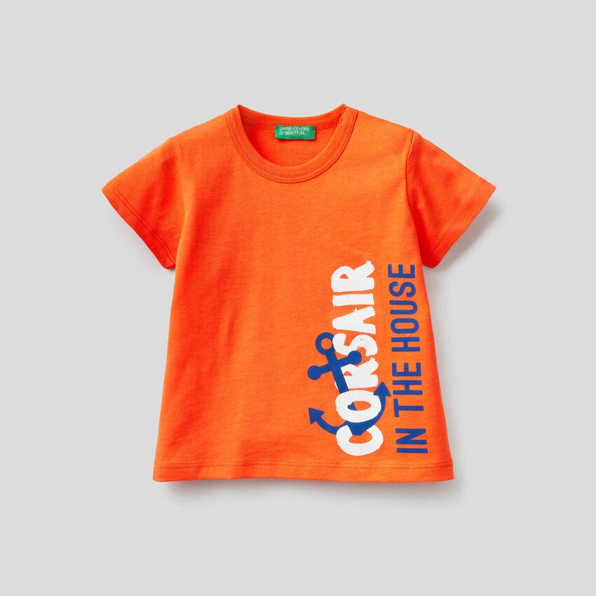 T-shirt 100% algodão com maxi estampa