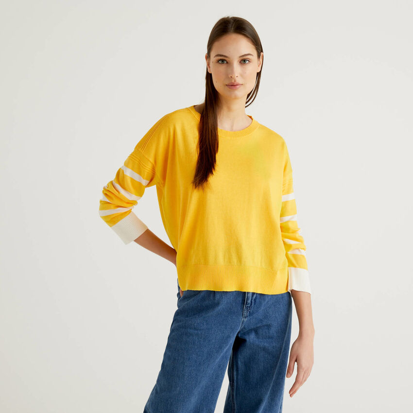 Camisola amarela com racha atrás