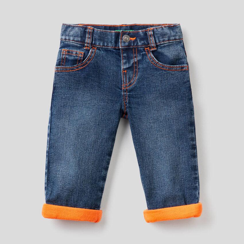 Jeans com detalhes fluorescentes