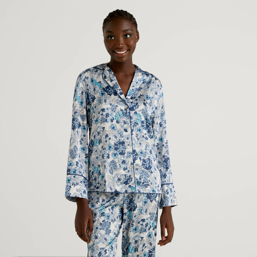 Blusa de pijama com estampado floral