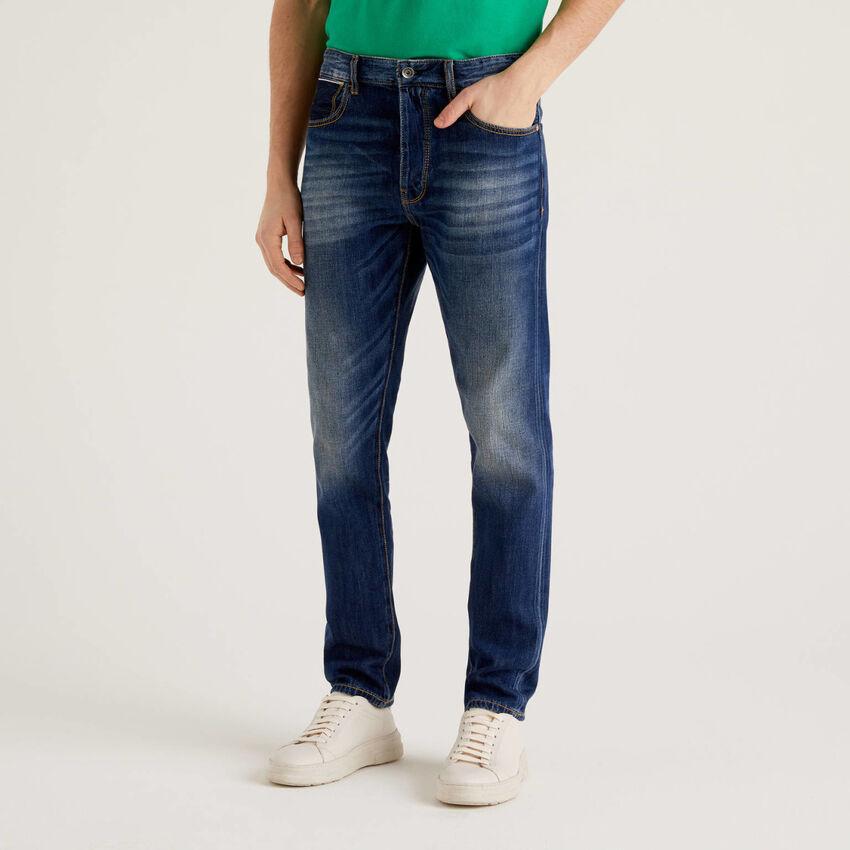Jeans cinco bolsos aparência desgastada