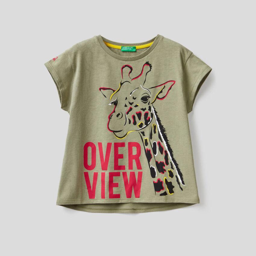 T-shirt verde militar com estampa de girafa