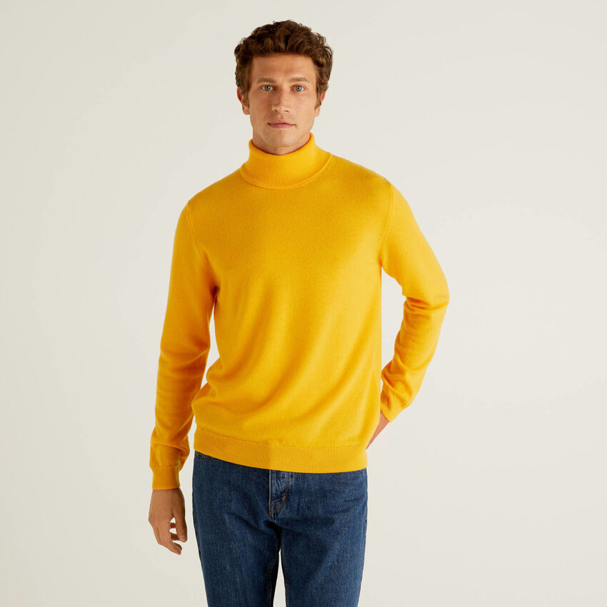 Camisola de gola alta amarela em pura lã virgem