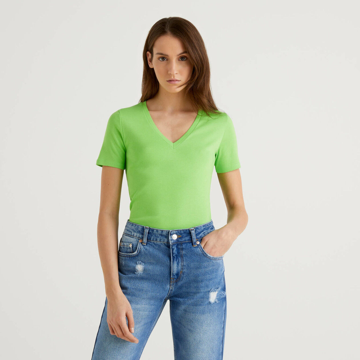 T-shirt em algodão puro com decote em V