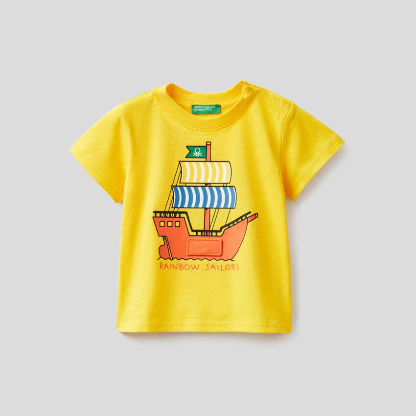 T-shirt amarela com estampa navio