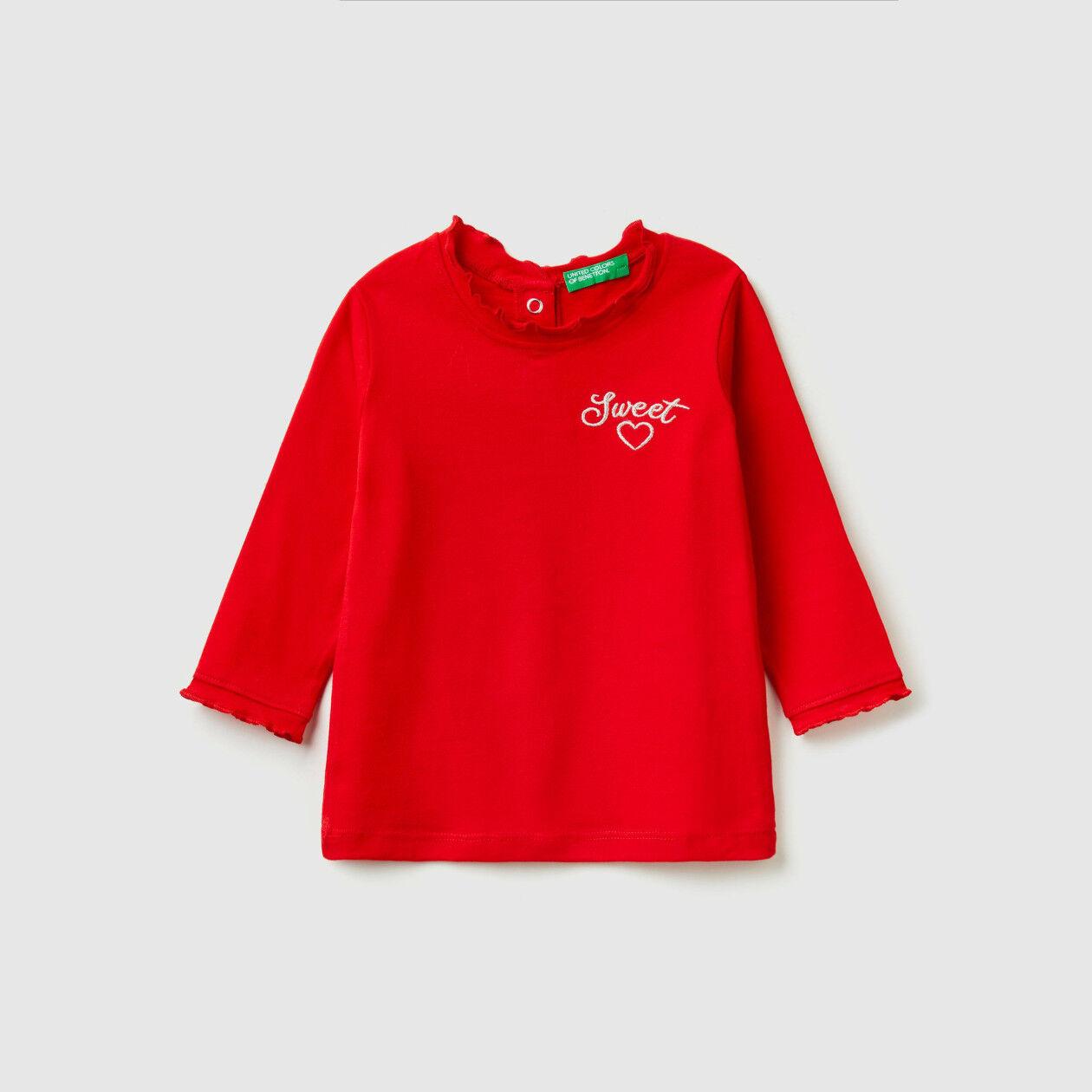 T-shirt com folhos e bordado