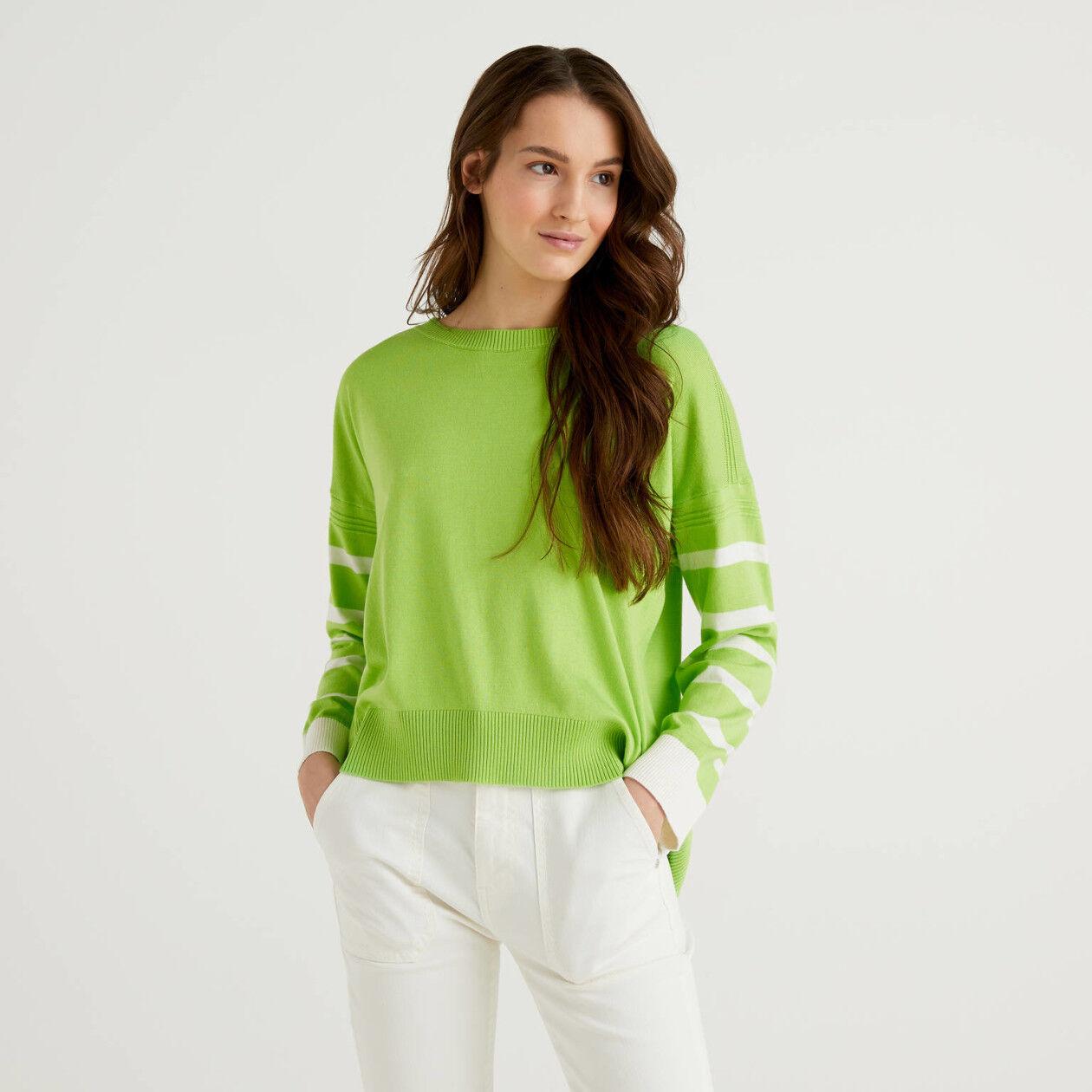 Camisola verde-claro com racha atrás
