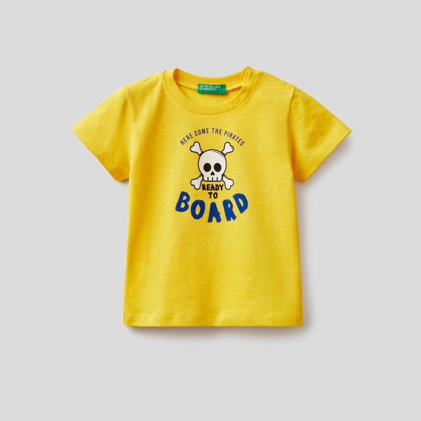 T-shirt em algodão com estampa de piratas