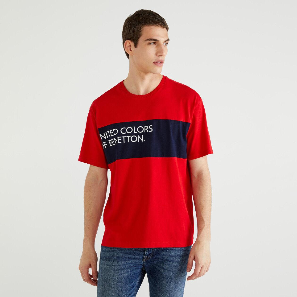 T-shirt com inserção e logótipo