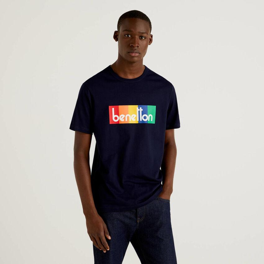 T-shirt azul-escuro com estampa logo