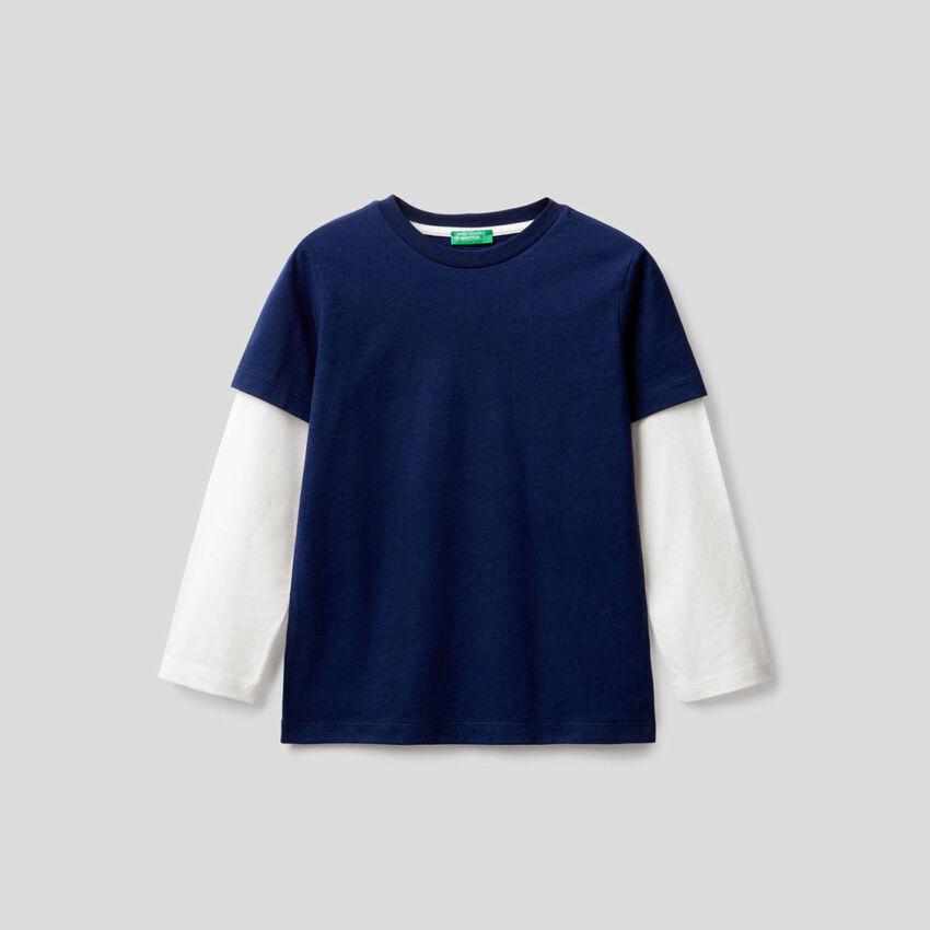 T-shirt azul-escuro com manga bicolor