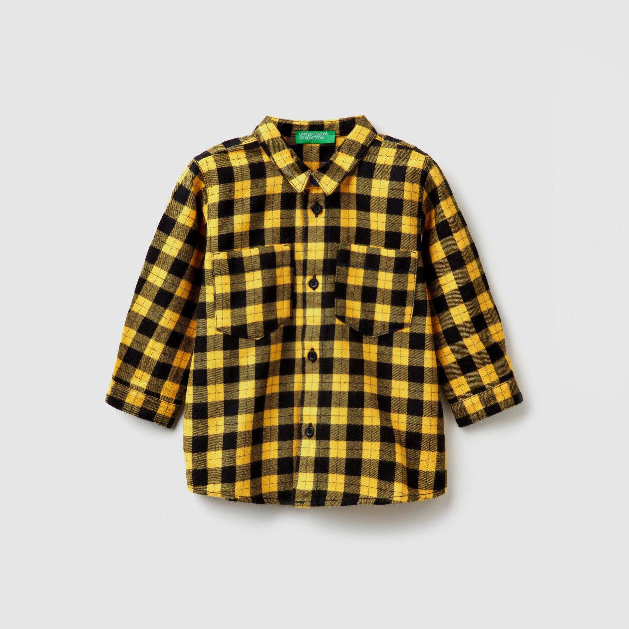 Camisa aos quadrados com estampa atrás