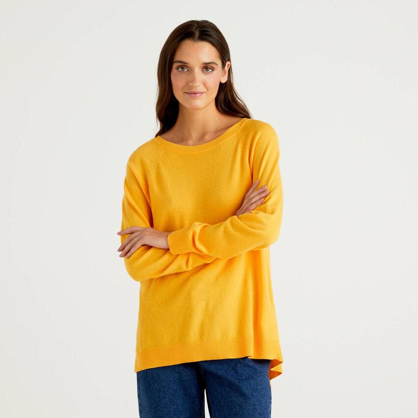 Camisola amarela com prega atrás