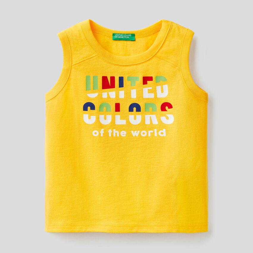 T-shirt sem mangas amarela com estampa