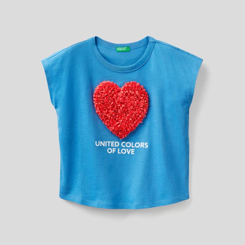 T-shirt com pétalas bordadas