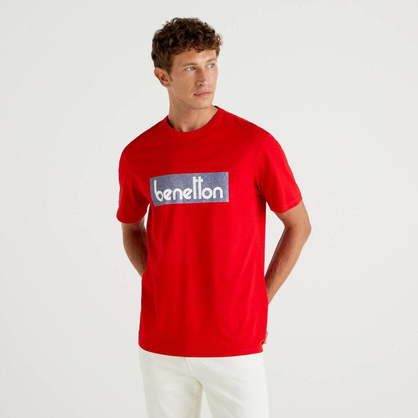 T-shirt vermelha com estampa logótipo