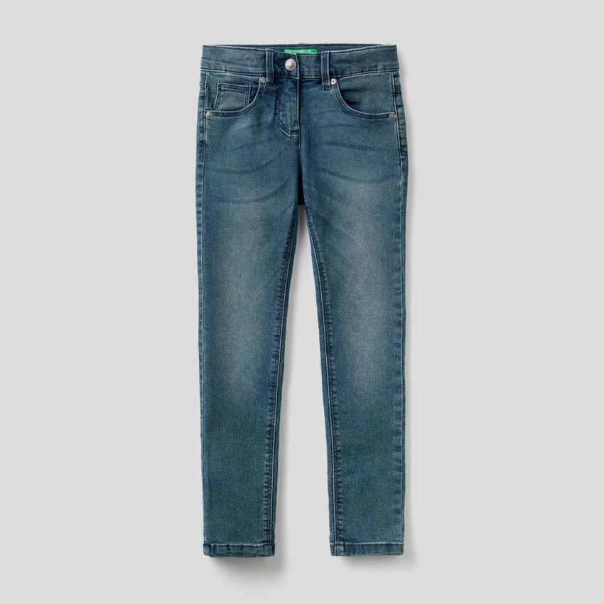 Jeans skinny fit de aparência desgastada