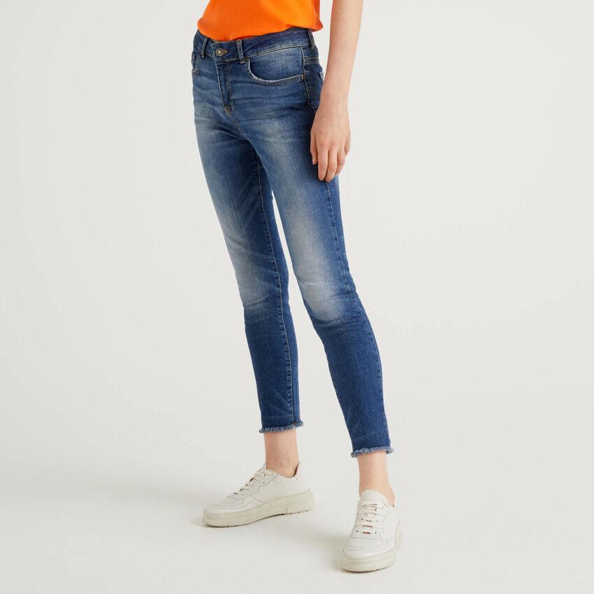 Jeans com franjas na base