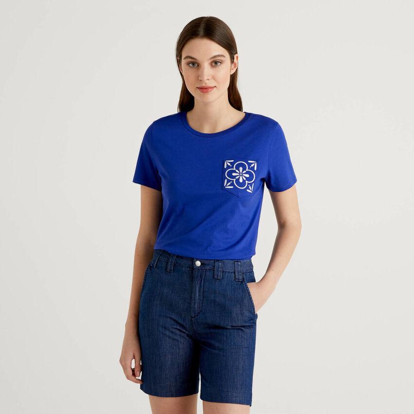 T-shirt com bolso bordado