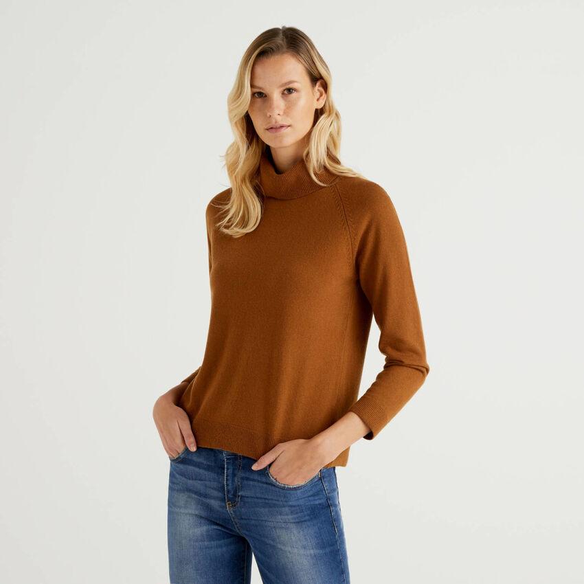 Camisola de gola alta marrom em mescla de lã e caxemira
