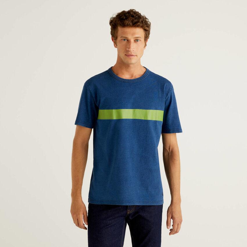 T-shirt em algodão puro com corante índigo
