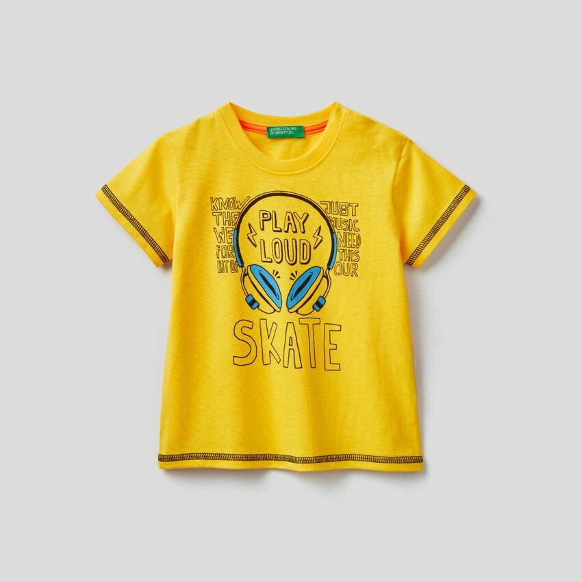 T-shirt em algodão com estampa skateboard