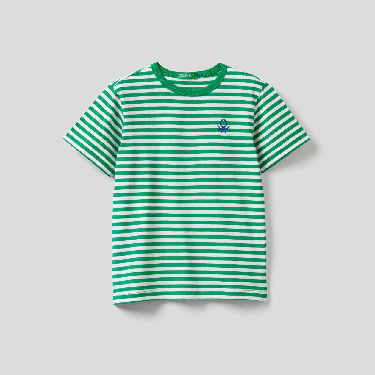T-shirt com logótipo bordado