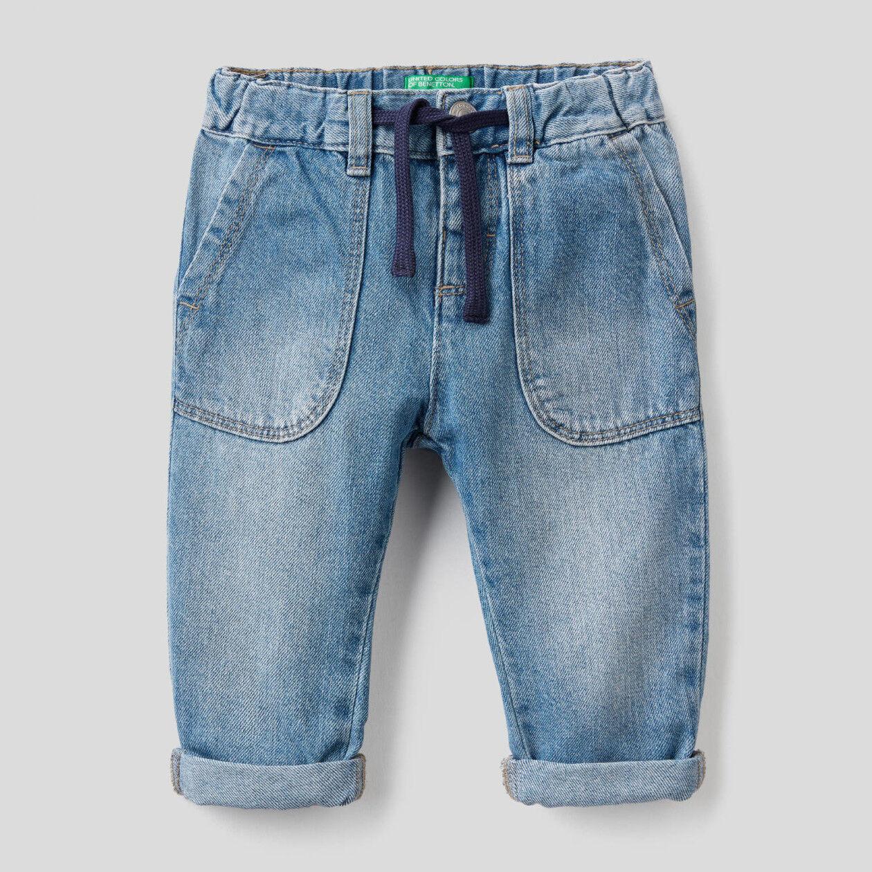 Jeans 100% algodão com maxi bolsos