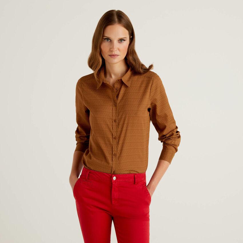Camisa padrão marrom em 100% algodão