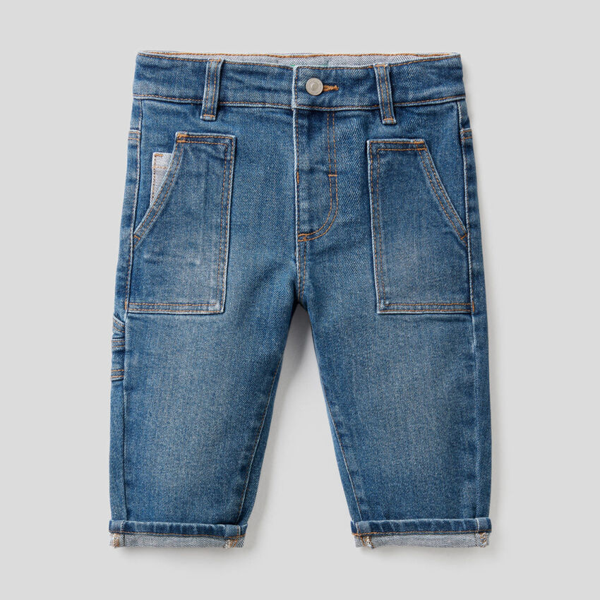 Jeans com bolsos em algodão stretch