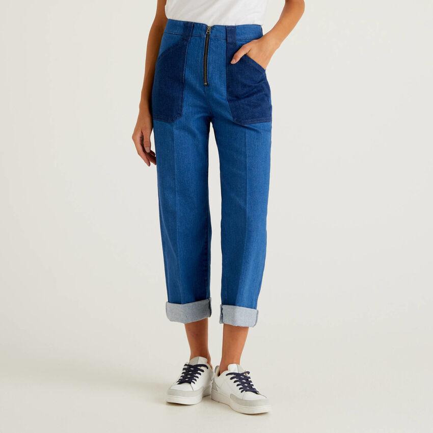 Jeans color block com perna ampla