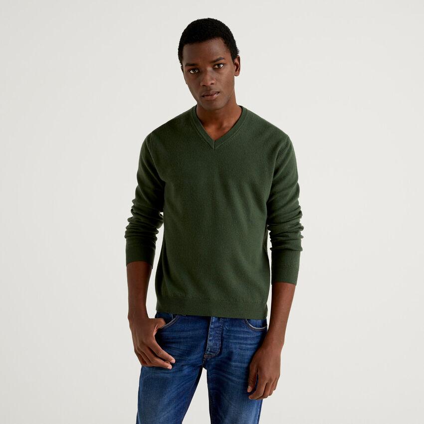 Camisola decote em V verde militar em pura lã virgem