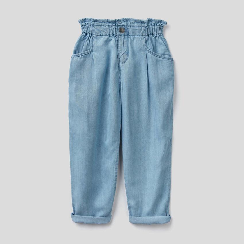 Calças paperbag em jeans leve